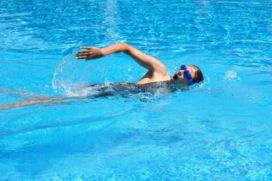 La natación puede ser muy efectiva para aliviar dolores en diferentes partes del cuerpo, tanto es así que los especialistas la recomiendan como terapia para superar lesiones.
