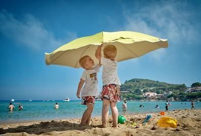 Los niños deben usar SPF de 20 o superiores, se recomiendan los fotoprotectores físicos. La exposición solar debe limitarse, especialmente, en menores de tres años.