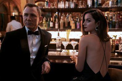 'Sin tiempo para morir' se sitúa cinco años después de lo sucedido en 'Spectre', tras la captura de Ernst Stavro Blofeld. El nuevo filme presenta a un Bond que abandonó el servicio secreto y tiene una vida apacible en Jamaica.
