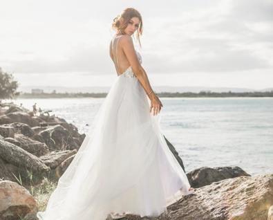 H&M propone un modelo más clásico con cuerpo de encaje, cintura entallada con cremallera invisible y escote de corazón por unos 100 euros.