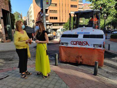 La delegada de Obras y Equipamientos, Paloma García Romero, y la concejala del distrito, Sonia Cea, visitaron los trabajos que se desarrollan en la calle Balbina Valverde.