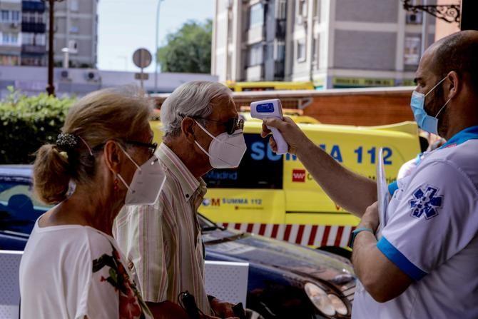 Esta intervención de la Comunidad de Madrid para detectar asintomáticos y contribuir a cortar las cadenas de transmisión, que se está llevando a cabo esta semana en zonas con alta incidencia, tendrá lugar en Alcobendas, el viernes, y en Móstoles, el sábado.