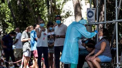El Gobierno regional de la Comunidad de Madrid comienza a realizar este lunes las pruebas PCR de forma aleatoria a 1.000 vecinos de entre 15 a 49 años, siendo la primera zona elegida el distrito de Carabanchel.
