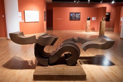 La exposición acerca al público la figura del genial escultor canario, con esculturas, dibujos y grabados de quien se definió a sí mismo como 'herrero fabulador'.
