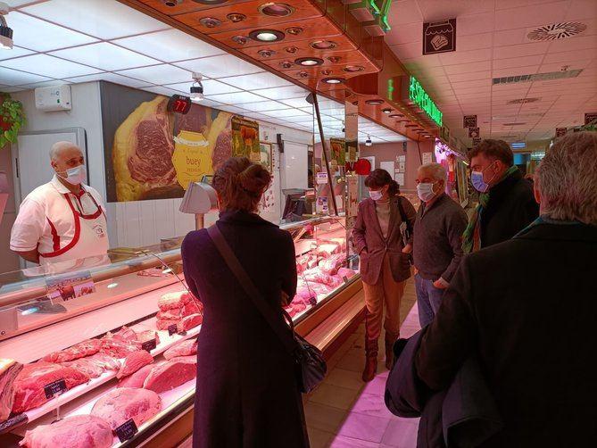 Diputados y concejales del Partido Socialista en Madrid han visitado el Mercado de Chamartín con el objetivo de dar a conocer su iniciativa para que los mercados tradicionales sean distribuidores de productos de la región.