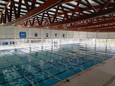 Las actuaciones han supuesto la intervención en el vaso de las piscinas, que sufrían pérdidas y filtraciones, y la renovación de toda la superficie que las rodea.