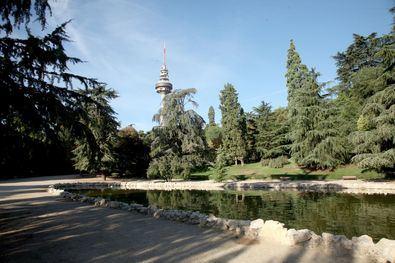 Las 13 hectáreas del parque de Fuente del Berro ofrece un jardín de tipo paisajista, con diversos desniveles y formado por praderas surcadas por sinuosos paseos y escaleras rústicas de piedra.