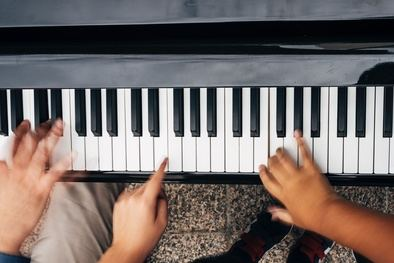 Desde las 11.00 a las 20.00 horas, los pianos se pondrán a disposición de músicos profesionales, estudiantes de conservatorio y de escuelas de música, niños y aficionados, para convertir Madrid en un gran escenario de música en directo.