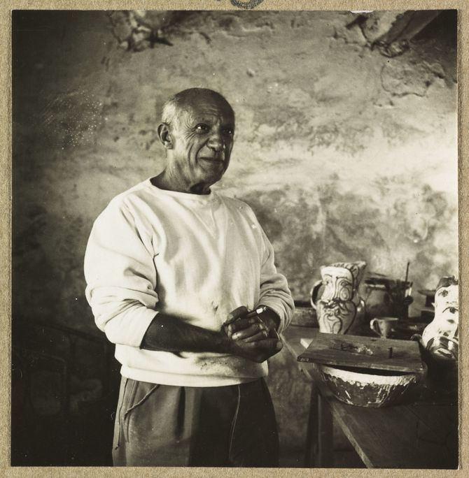 El material cerámico ofrecía a Picasso un nuevo potencial. Nunca juzgó la cerámica como una forma de arte menor, ni como una mera decoración de los objetos, sino que su actividad consistía en un permanente desafío creativo con este medio artístico.