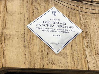 La placa en homenaje al novelista y ensayista Rafael Sánchez Ferlosio se ubica en el 12 de la calle de Pechuán, donde vivió parte de su vida el que fuera Premio Cervantes y Premio Nacional de las Letras Españolas.