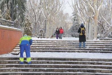 El Ayuntamiento tiene a 3.884 operarios, en diferentes turnos, para reducir el impacto de la posible nevada en la ciudad. En cuanto a los medios mecánicos, han dispuestos un total de 66 máquinas quitanieves, y 254 esparcidores de sal y salmuera.