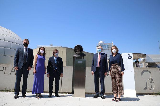El alcalde de Madrid, José Luis Martínez-Almeida, y el embajador de la Federación de Rusia en España, Yury Korchagin, han estado presentes en este homenaje.