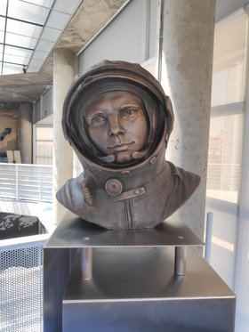 Un busto del astronauta Yuri Gagarin preside desde este martes la entrada del Planetario de Madrid