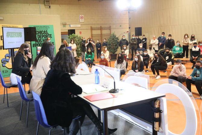 Las atletas profesionales Elena García Grimau y Lucía Rodríguez Montero han impartido la primera charla en el Centro Deportivo Municipal Cerro Almodóvar, en Villa de Vallecas.