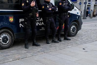 Unos 200 policías nacionales se han desplegado esta mañana en varios bloques de edificios del madrileño distrito.