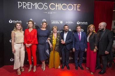 El alcalde de Madrid, José Luis Martínez-Almeida, acompañado de la delegada de Cultura, Turismo y Deporte, Andrea Levy, y de la concejala delegada de Turismo, Almudena Maíllo, ha recogido el Premio a la ciudad de Madrid del Museo Chicote.