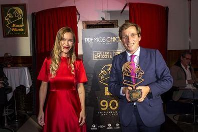 La actriz María Estévez ha sido la encargada de entregar este premio al alcalde de Madrid.