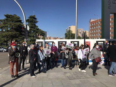 Decenas de vecinos de Carabanchel realizaron este viernes un tren de papel para recorrer simbólicamente las estaciones de la futura ampliación de la línea 11 de Metro de Madrid, entre Palos de la Frontera y Plaza Elíptica, y pedir su ejecución.