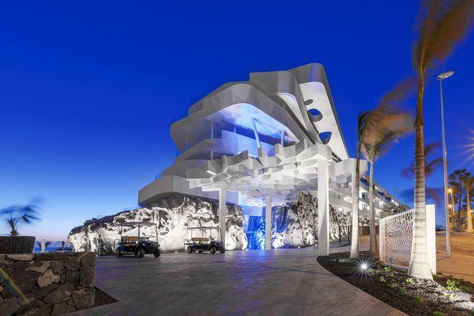 Los huéspedes de Royal Hideaway Corales Resort podrán trasladare en un Luxury Boat privado y observar los acantilados volcánicos de más de mil metros de altura que se hunden en el abismo marino.
