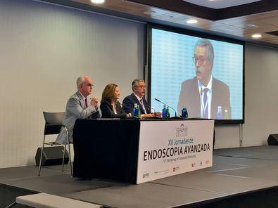 De izquierda a derecha, el Dr. Carlos Dolz, presidente de la Sociedad Española de Endoscopia Digestiva (SEED); la Dra. Raquel Neira Zúñiga, gerente del complejo hospitalario Ruber Juan Bravo y el Dr. Sarbelio Rodríguez.