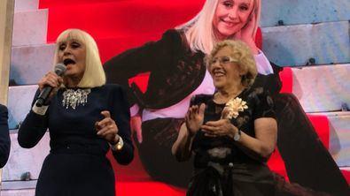 Raffaella Carrà fue premiada como Icono Gay Mundial y reina del Orgullo en el World Pride celebrado en Madrid en 2017. En la imagen superior, junto a la alcaldesa, Manuela Carmena.