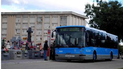 En el caso de la capital, se suman 23 autobuses extra en las ocho líneas de la Empresa Municipal de Transportes de Madrid (EMT) que comunican con los cementerios madrileños.