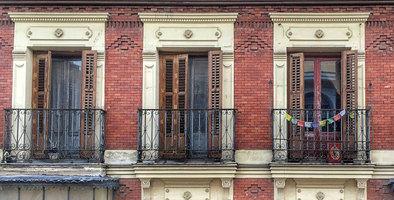 Como grandes novedades, en comparación con planes anteriores, 'Rehabilita 2020' mejora el porcentaje de las ayudas que recibirán los vecinos y aumenta el número de potenciales beneficiarios, ya que están incluidos todos los barrios de Madrid. Está previsto que el plazo de solicitudes comience en septiembre.