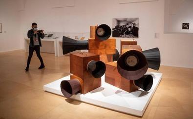 """El arte sonoro toma la palabra en el Museo Reina Sofía con """"Disonata"""", una muestra que revisa las distintas formas en que el sonido se ha metido de lleno en el mundo del arte."""