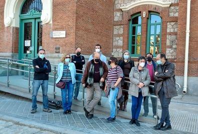 Representantes de la asociación vecinal y las AMPAs ante la Junta Municipal de Arganzuela.