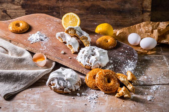 Cuentan que, a finales del siglo XIX, la tía Javiera tenía un puesto en la Pradera de San Isidro y allí vendía unas rosquillas especiales, con un dulce baño de color blanco, que fueron un gran éxito de inmediato. Este podría ser el origen de los dulces típicos de San Isidro: las rosquillas tontas, las listas, las francesas y las de Santa Clara.