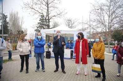 La concejala de Barajas, Sofía Miranda, y el gerente de Madrid Salud, Antonio Prieto, han inaugurado la primera ruta WAP (Walking People-Gente que camina) que discurre por el distrito.
