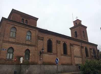 La Parroquia de San Matías fue erigida en 1877 en sustitución del templo original que se había derrumbado en la década de 1850. El proyecto final del edificio fue presentado por el arquitecto Enrique María Repullés en ladrillo y ha sido considerada como uno de los primeros ejemplos del movimiento arquitectónico neomudéjar.