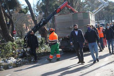 El alcalde de Madrid, José Luis Martínez-Almeida, acompañado del delegado de Medio Ambiente y Movilidad, Borja Carabante, durante su recorrido por Arturo Soria, una de las calles más afectadas por la caída de árboles.
