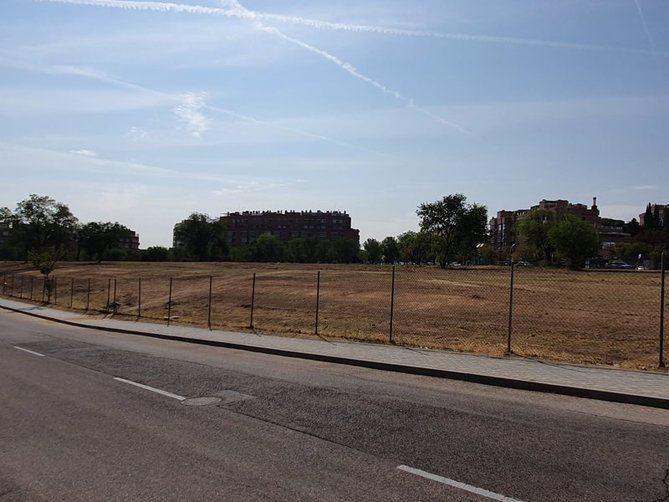Siendo alcalde de Madrid José María Álvarez del Manzano, el Ayuntamiento cedió en 2002 una parcela de 11.500 metros cuadrados en el distrito de Hortaleza a Miramón Mendi, la productora del empresario teatral José Luis Moreno, por un periodo de 75 años.