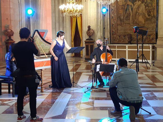 Lo que debía ser un concierto para un reducido número de invitados, como en ocasiones anteriores, se convierte en una actuación única –un concierto con obras del siglo XVIII, interpretadas con el Stradivarius 1700 en el Salón de Columnas del Palacio Real de Madrid– al que todo el mundo podrá acceder a través de la web de Patrimonio Nacional.