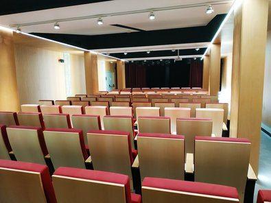 El Teatro Municipal de Vallecas organiza también representaciones teatrales y proyecciones de cine, completando la agenda de los centros culturales del distrito.