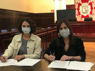 La concejala del distrito de Tetuán, Blanca Pinedo, y la presidenta de la Fundación para la Acción Social por la Música, María Guerrero, durante la firma del convenio para poner en marcha el programa 'Tetuán Educa'.