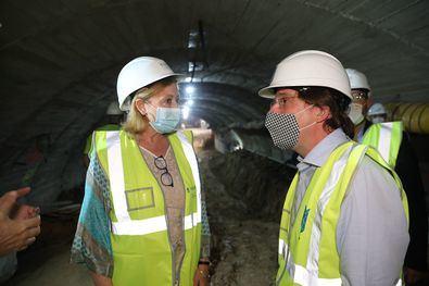 El alcalde ha sido testigo del momento en que las bocas norte y sur del túnel han quedado unidas una vez que han finalizado los trabajos bajo los restos arqueológicos del Palacio de Godoy.