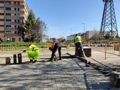 La solución proyectada consiste en el acondicionamiento del paso para el uso peatonal y ciclista, lo que incluye pavimentación del firme, instalación de nuevo alumbrado público con 75 luminarias led, señalización y nuevo mobiliario urbano.