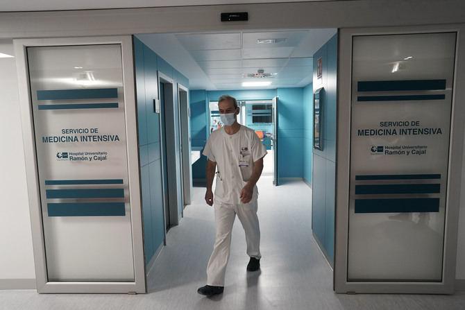 El jefe de servicio de Medicina Intensiva del Hospital Ramón y Cajal, el doctor Raúl de Pablo Sánchez, ha explicado que 'el diseño de la nueva UCI supone un incremento de más del 70 por ciento de las camas, que servirá para ofrecer una atención de la máxima calidad a los pacientes más graves'.