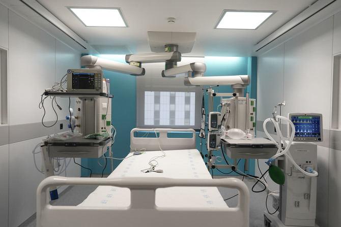 Estos nuevos puestos de UCI ya en funcionamiento están situados en torno a dos controles de Enfermería. Cada uno de los boxes está dotado de un sistema de video-vigilancia compuesto por una cámara HD, por el que el paciente está controlado en todo momento.