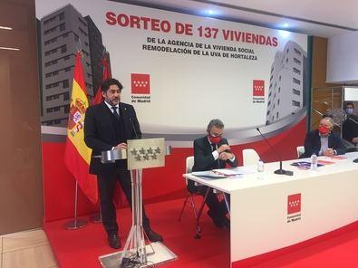 El consejero de Vivienda y Administración Local del Gobierno regional, David Pérez, ha asistido al sorteo ante notario que ha tenido lugar en las instalaciones de la AVS y ha señalado que, con esta fase, la Comunidad de Madrid ya ha finalizado las dos terceras partes de las 1.271 viviendas sociales proyectadas.
