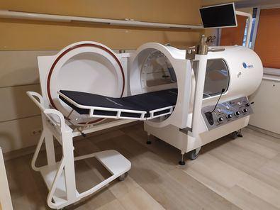 """El Dr. Fabregat, especialista en Medicina Hiperbárica del HLA Moncloa, nos recuerda que """"se trata de un tratamiento médico, por lo tanto, tiene que estar prescrito por un especialista en la materia y ser administrado en equipos que cumplan todas las garantías técnicas y sanitarias""""."""