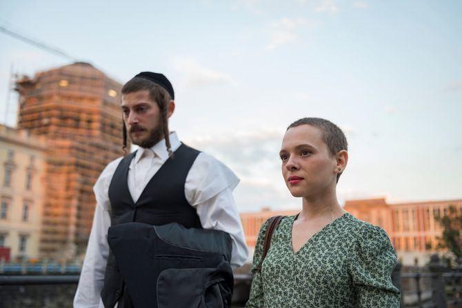 'Unorthodox' relata en sus cuatro episodios la vida de Esther Shapiro (Shira Haas), una adolescente de 17 años que pertenece a una comunidad de judíos ortodoxos jasídicos de Brooklyn, Nueva York.
