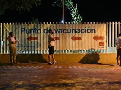 El Hospital Enfermera Isabel Zendal de la Comunidad de Madrid ha comenzado este lunes a vacunar contra la COVID19 las 24 horas del día, a través del sistema de autocitación.