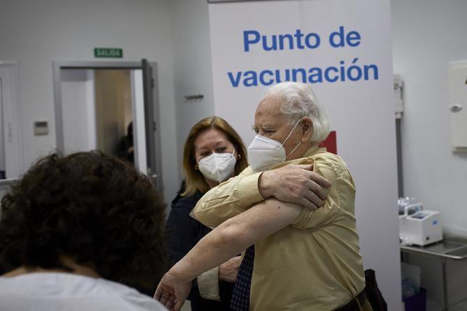 Por otra parte, e igualmente a partir de este lunes, se inicia la vacunación en los centros de salud del grupo de cerca de 23.000 grandes dependientes con movilidad, es decir, que sus condiciones físicas les permiten desplazarse.