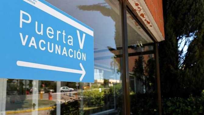 En términos globales, el 46,2% de la población diana de la Comunidad de Madrid (a partir de 16 años de edad) ha recibido a la primera dosis y el 25,1% está inmunizada completamente.