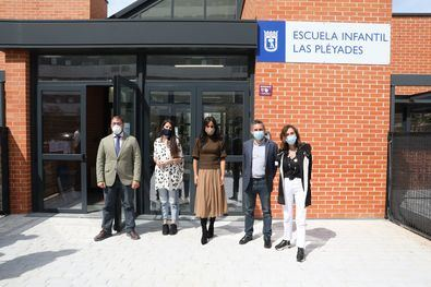 Begoña Villacís, el delegado de Familias, Igualdad y Bienestar Social, Pepe Aniorte, y el concejal del distrito de Hortaleza, Alberto Serrano, han visitado la Escuela Infantil Municipal Las Pléyades, en el distrito de Hortaleza.