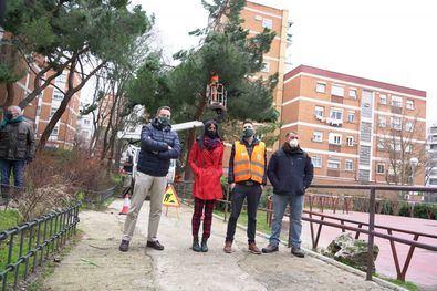 La vicealcaldesa de Madrid, Begoña Villacís, acompañada por el concejal de Latina, Alberto Serrano, ha supervisado este sábado los trabajos de recogida de ramas y árboles caídos tras el paso de los temporales Filomena y Hortensia.