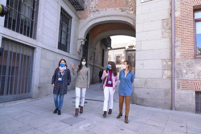 La Asociación Profesional de Guías de Turismo de la Comunidad de Madrid (APIT) está integrada en la Confederación de Guías de Turismo de España, en Europa mediante la FEG y en la Word Federation of Tourist Guide Associations.